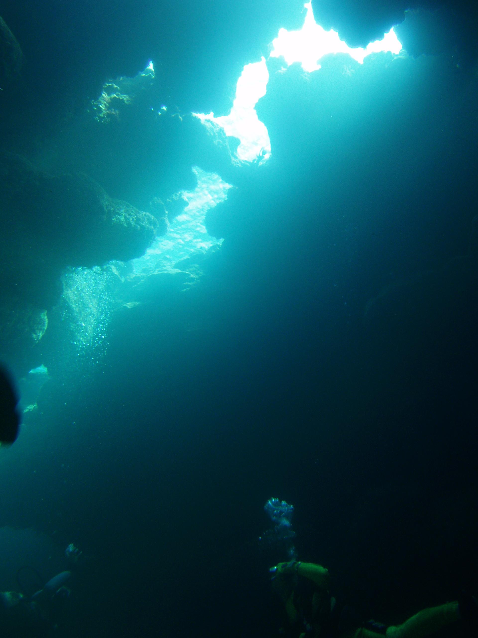 8月25日 ポイント1 ニタ洞窟 ポイント2 ブツブツサンゴ ポイント3 コアシス 水温28℃ 透明度 20〜25m